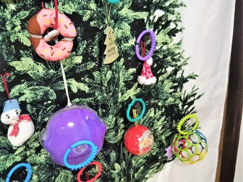 おもちゃてんこもりになったクリスマスツリータペストリー