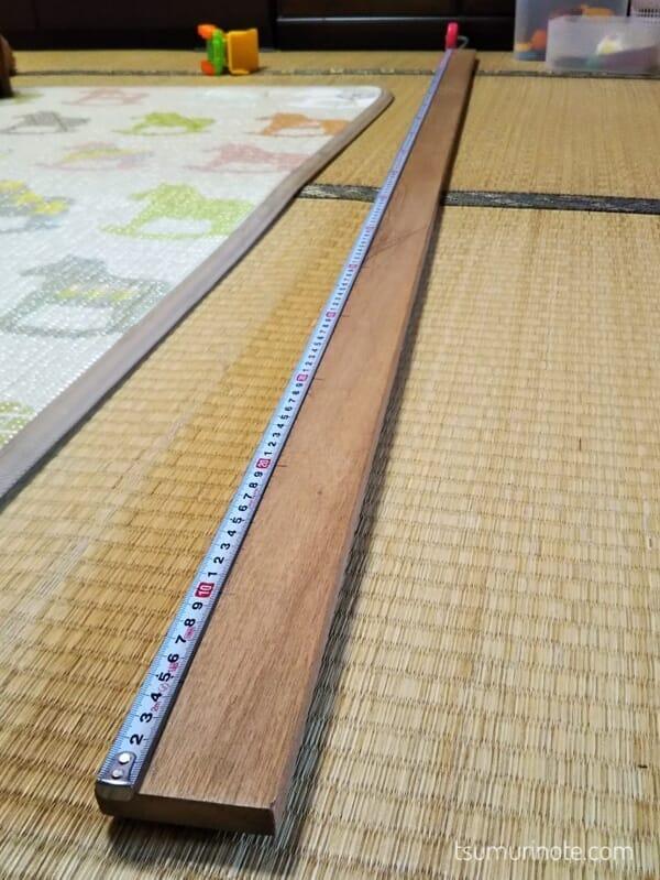木材にメジャーで線を引いてるところ