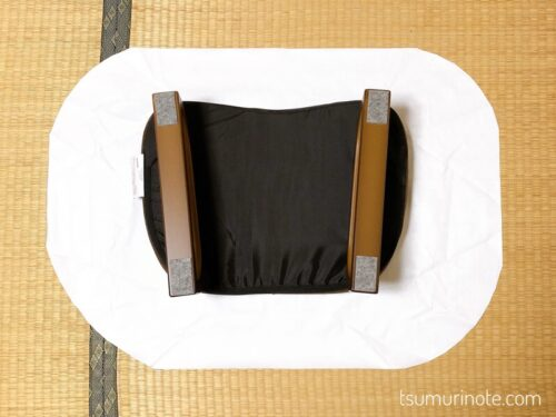 椅子の厚みと紐を通すためのの折り返しとぬいしろを考慮してカット