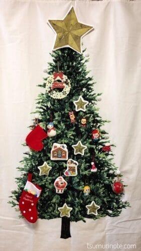 クリスマスツリータペストリーに吊るしたところ